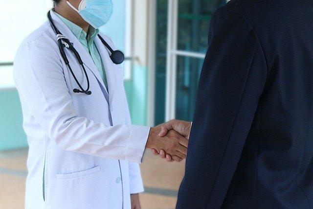 apreton de manos con medico